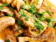 Задушени гъби печурки с бяло вино, масло, зехтин и доматено пюре